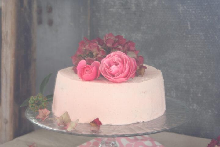 Slagroomtaart met hazelnoten en frambozen