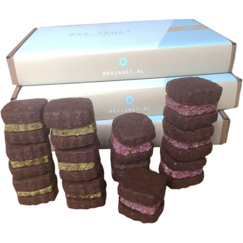 Bestel chocolate cookies met frambozen en pistache marsepein